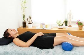 אישה על מיטת טיפול בקליניקה סינית