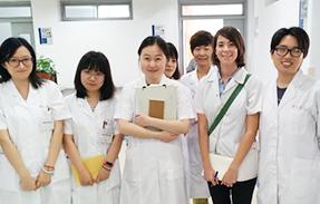 תמונה של מאיה כחלק מצוות של קליניקה בסין