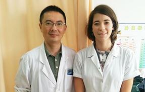 מאיה נאור לצד מומחה רפואה סינית