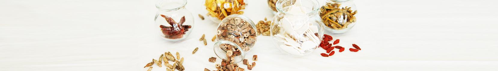 תמונת רוחב של צנצנות צמחי מרפא